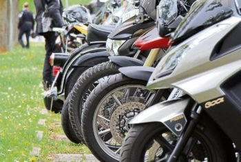 Mehrere Motorräder in einer Reihe
