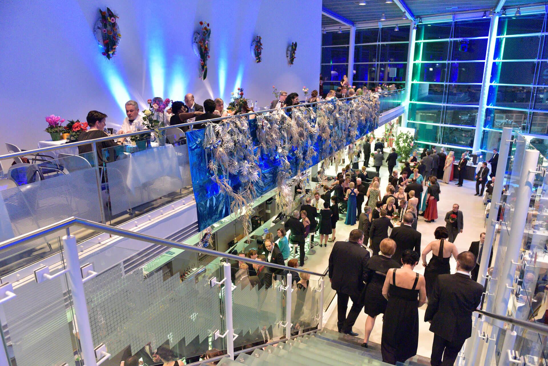 Die Joseph-von-Fraunhofer-Halle von innen mit vielen Gästen