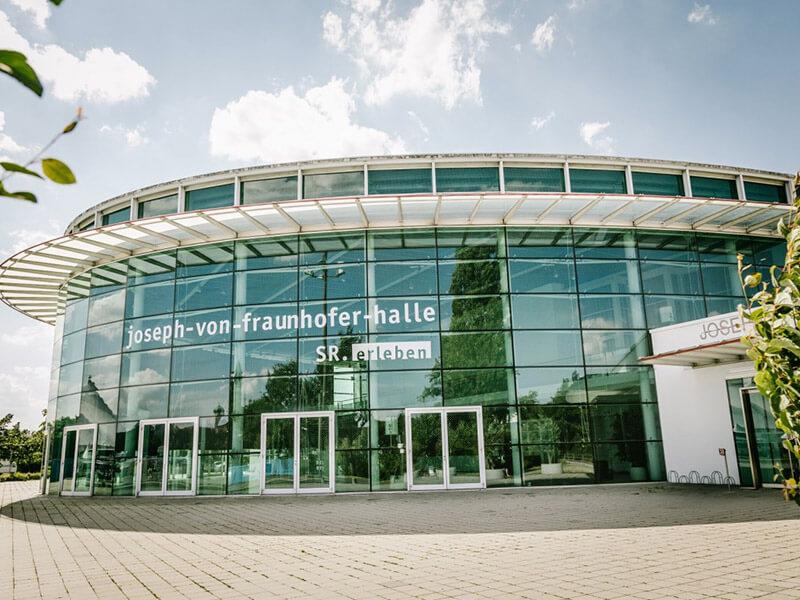 Die Fassade der Joseph von Fraunhoferhalle