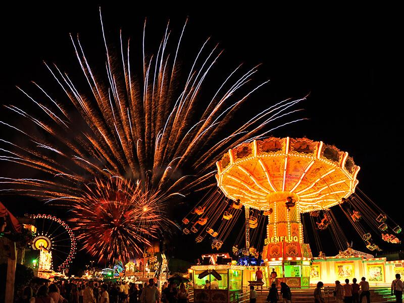 Gäubodenvolksfest bei Nacht mit Feuerwerk