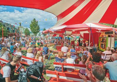 Viele Zuschauer sehen sich eine klein Zirkus-Aufführung an