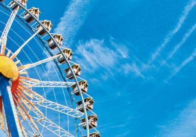 Das Riesenrad vor dem blauen Himmel