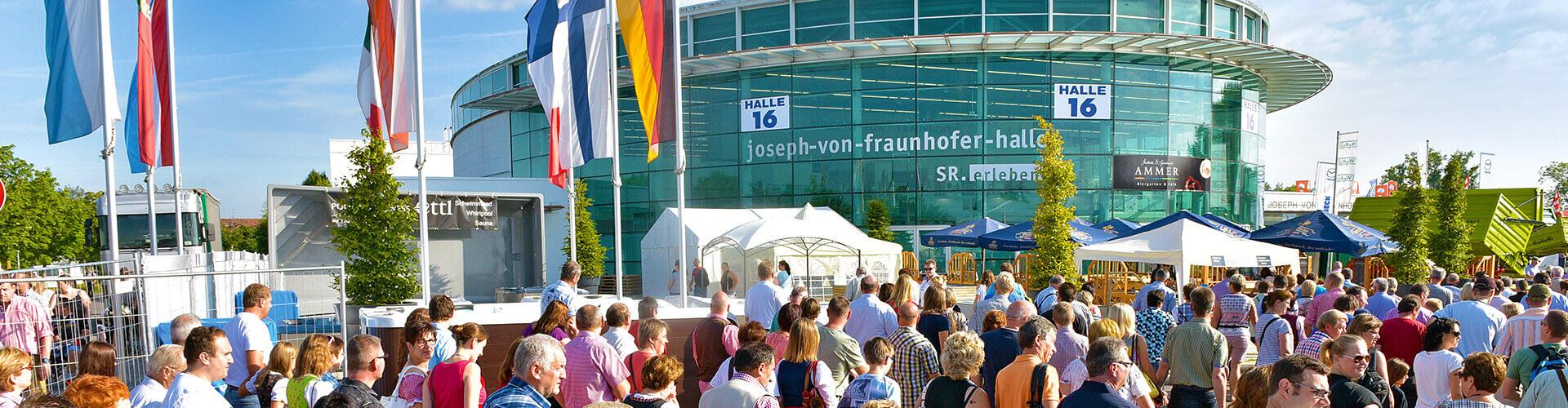 Die Joseph von Fraunhoferhalle während der Ostbayernschau