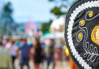 Ein Herz aus Stoff, im Hintergrund das Volksfest