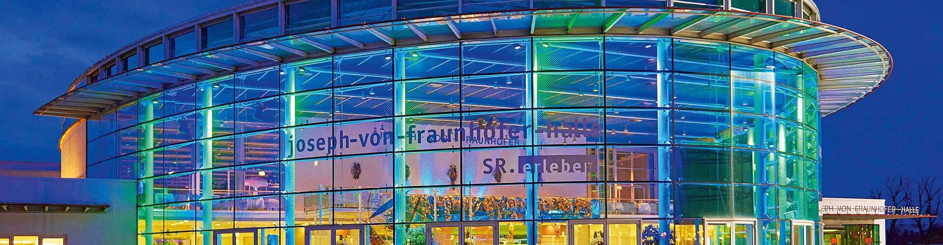 Die Joseph-von-Fraunhofer-Halle von aussen, bei Nacht