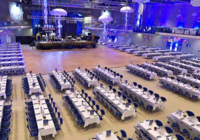 Der Saal der Joseph-von-Fraunhofer-Halle mit Tischen und Stühlen