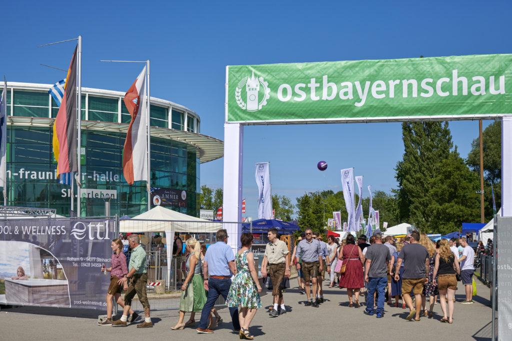 Eingang Ostbayerncchau mit Portal