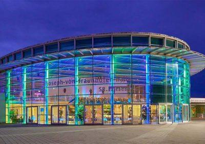 Die Joseph von Fraunhoferhalle von aussen, bei Nacht illuminiert