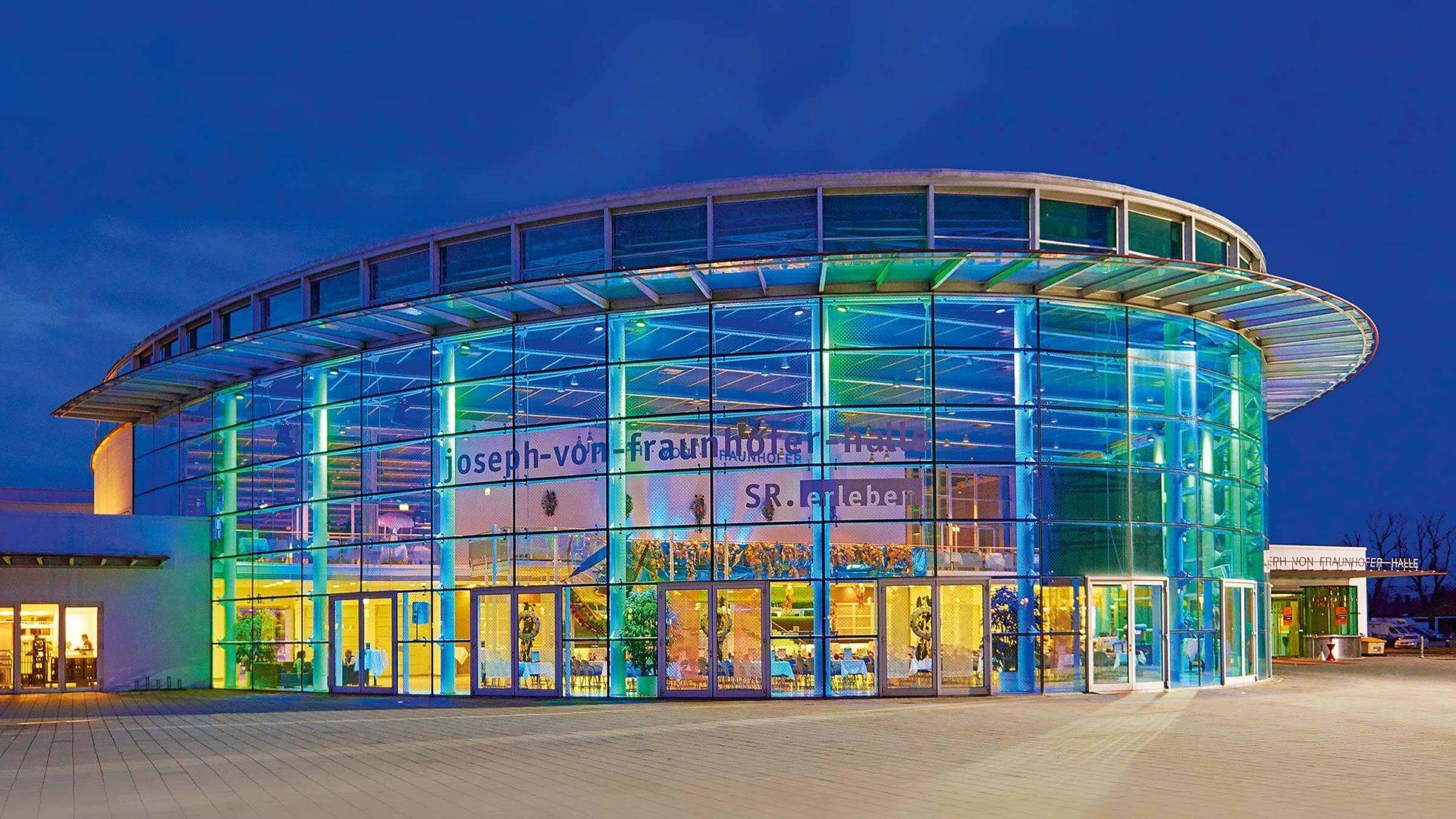 Die Joseph von Fraunhoferhalle von aussen, bei Nacht
