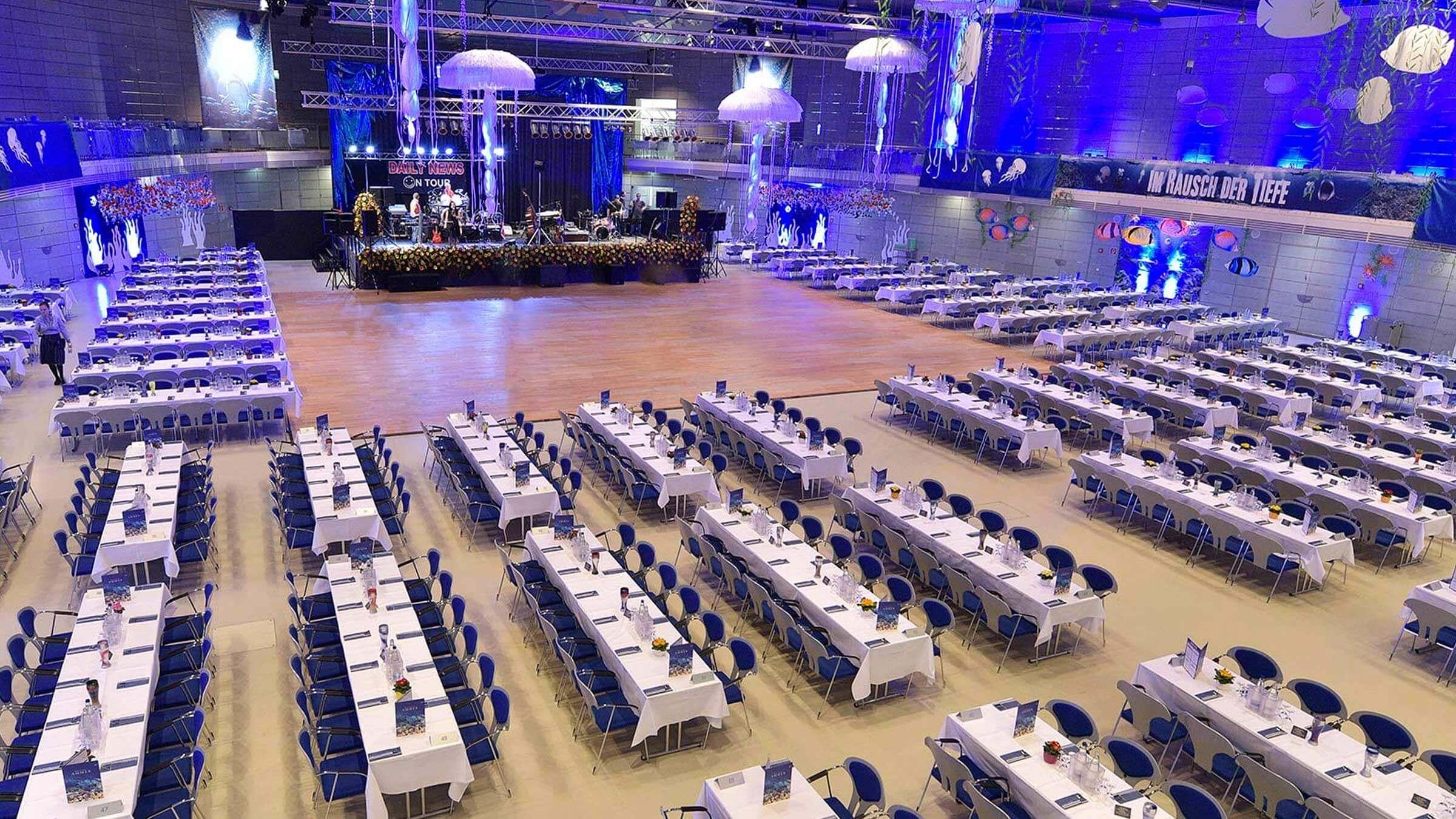 Der Saal der Joseph und Fraunhoferhalle mit Tischen und Stühlen